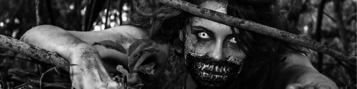 Chica disfrazada de zombie en blanco y negro